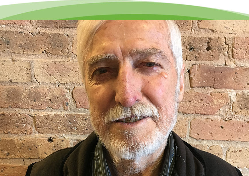 Un hombre mayor que ha tocado en una banda necesita tapones auditivos especiales para proteger su oído