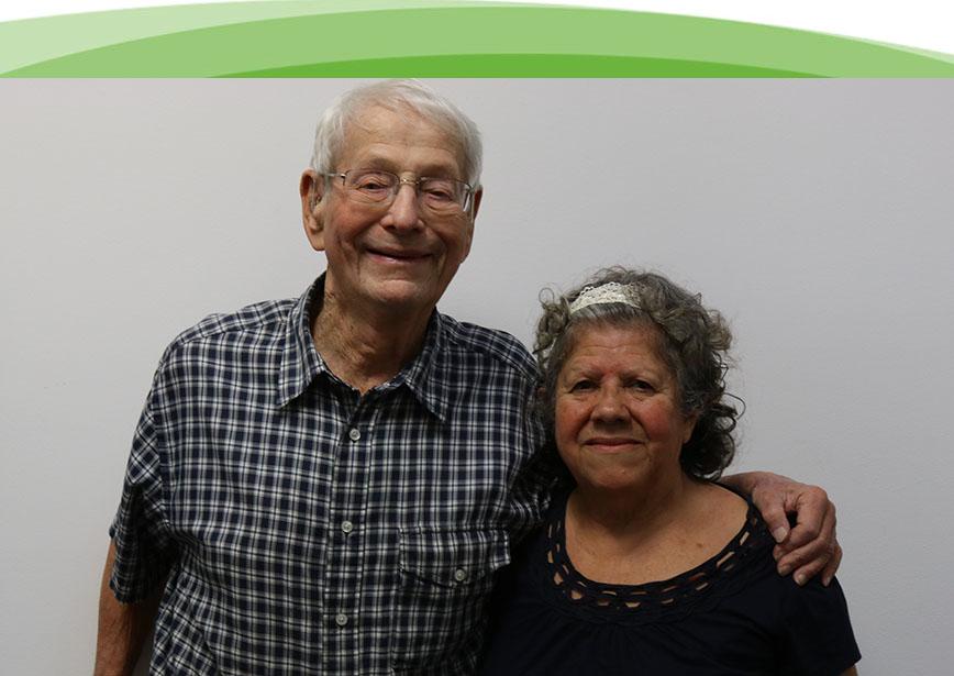 Un hombre y una mujer mayores están muy contentos de haber aprovechado los servicios sociales y de apoyo ofrecidos por la Sociedad Auditiva de Chicago.
