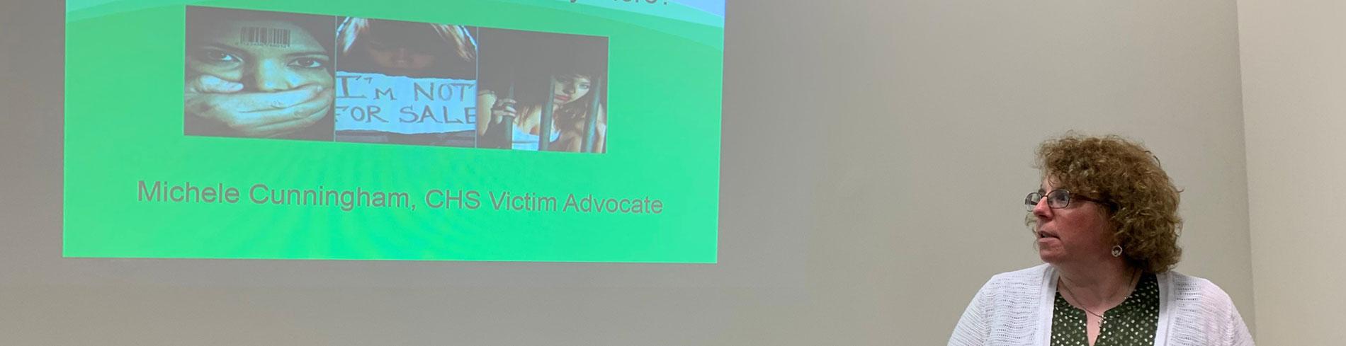 Una empleada de la Sociedad Auditiva de Chicago haciendo una presentación sobre ser un defensor de una víctima.